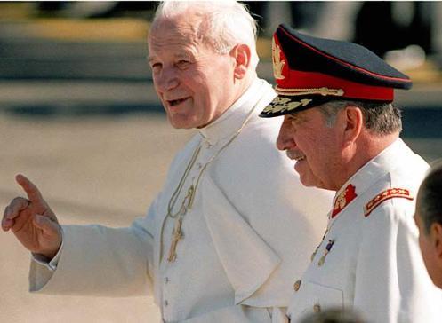 Juan Pablo II junto al dictador Augusto Pinochet durante su visita en 1987