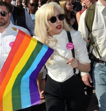 Lady Gaga en Romapromoviendo el movimiento gay del nuevo orden mundial