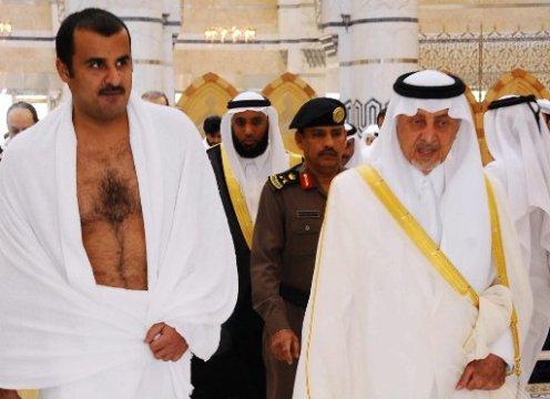 Emir de Qatar lleva Umrah en La Meca antes de su reunión con el rey saudí