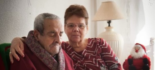 Gladys y su marido con alzheimer, que han tenido que pedir mantas a Cruz Roja, para poder pasar un invierno sin calefacción en Cerdanyola del Vallés (Barcelona)