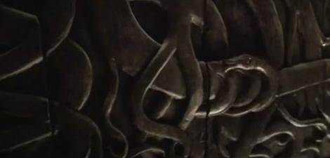 Serpiente enrollada simbolizando a Satanás en el árbol prohibido del Edén.