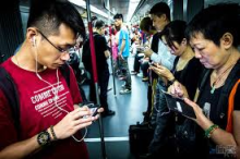 smartphone-subway-hongkong-png