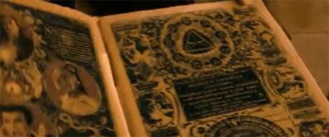 Pirámide Illuminati en libro de hechicería.