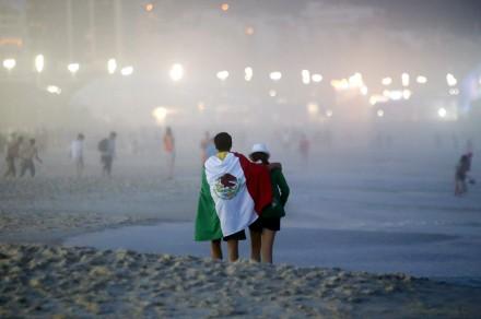 Aficionados presencian la derrota ante Holanda en Copacabana, Brasil.