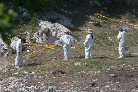 Peritos argentinos en el basurero de Cocula.  Foto: Germán Canseco