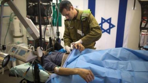 Militar israelí ofrece atención médica a un integrante terrorista de Frente Al-Nusra