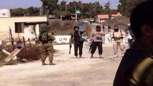 Soldados israelíes hablan con integrantes de Frente Al-Nusra