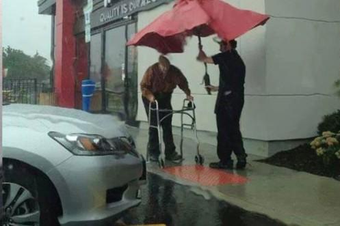 Un-anciano-bajo-la-lluvia-600x400