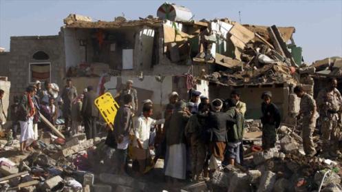 Yemeníes rescatan a las víctimas de los ataques aéreos de Arabia Saudí.