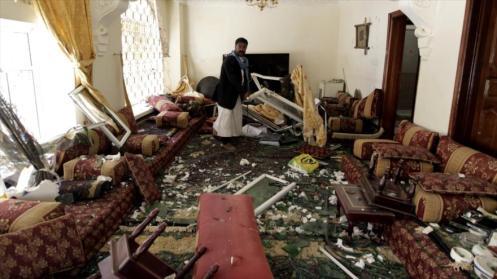 Un ciudadano yemení entre cristales y muebles rotos de su vivienda tras ataque aéreo saudí contra la capital yemení, Saná.