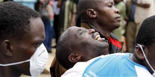 Un hombre en Kenia lamenta la muerte de su hijo en el ataque que dejó 148 estudiantes asesinados. REUTERS