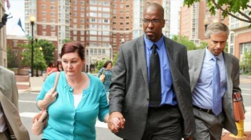 Sterling (centro) junto a su esposa, Holly, y su abogado Barry Pollack tras abandonar la corte. 11 de mayo de 2015.