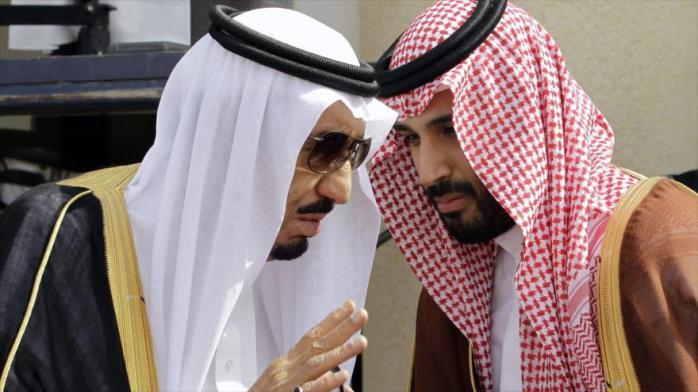 Rey saudí, Salman bin Abdulaziz Al Saud (izquierda), habla con su hijo Mohamad en el marco de una sesión del Consejo de Cooperación del Golfo (CCG-integrado por los países árabes ribereños del Golfo Pérsico) en Riad, capital saudí.
