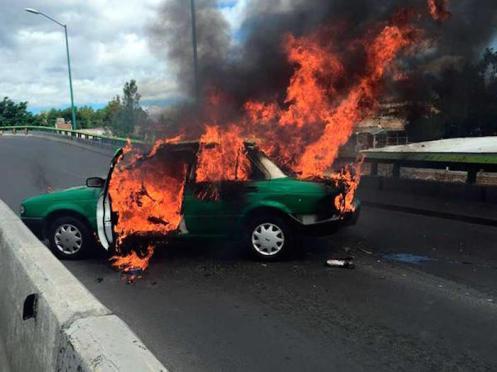 En Guanajuato también se reportaron vehículos incendiados. Foto: periódico Correo.