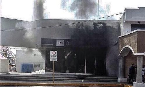 En redes se ha reportado que hay al menos tres sucursales bancarias quemadas.Foto: @salvadorcosio1