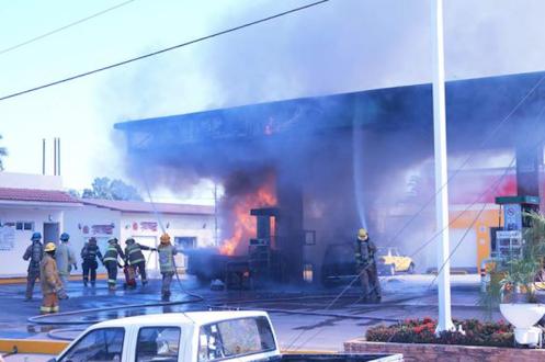 Incendian gasolinera en Jalisco Foto:@salvadorcosio1