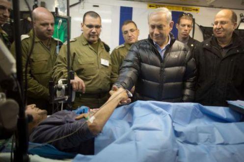 Netanyahu con un mercenario de la guerra de Siria, siendo curado en un hospital de Israel
