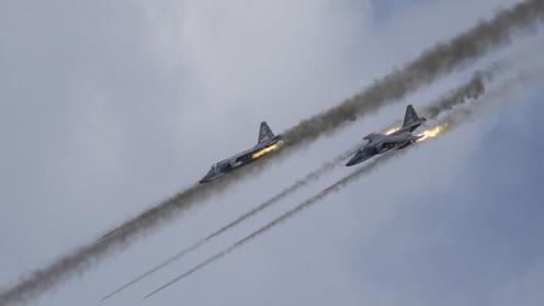 Ataque aire-tierra de exhibición realizado por cazas de combate rusos Sukhoi Su-25 en la competición de aviación militar de Riazán (oeste de Rusia), 2 de agosto de 2015.