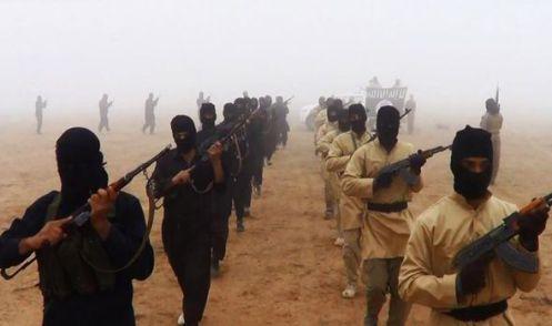 Pistoleros Estado islámicos enmascarados marchan en uno de los videos de propaganda del grupo terrorista