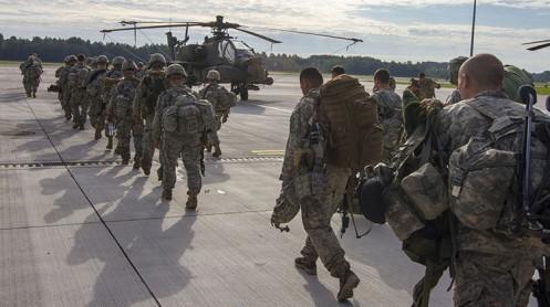 Paracaidistas de las Fuerzas Armadas de EE.UU. abandonan la base aérea de Lielvarde en Letonia / The U.S. Army