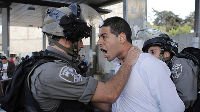 Un agente de la Policía fronteriza israelí detiene a un manifestante palestino / Ammar Awad / Reuters