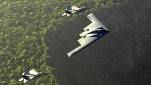 dos-cazabombarderos-f-22-raptor-flanquean-un-bombardero-b-2-spirit-de-la-fuerza-ac3a9rea-de-estados-unidos