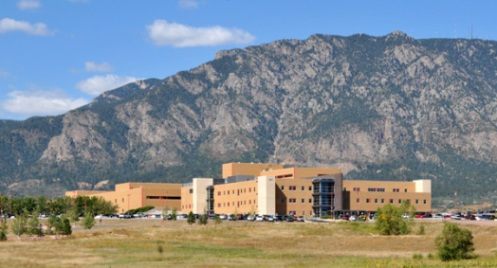 hospital-fort-carson-y-cheyenne-mountain-al-fondo